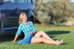 Menina que descansa perto do carro imagem de stock royalty free