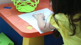 Menina que desenha um retrato video estoque