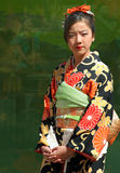 Menina que desgasta o quimono japonês