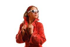 Menina que desgasta o revestimento e óculos de sol vermelhos Imagem de Stock