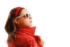 Menina que desgasta o revestimento e óculos de sol vermelhos Imagens de Stock