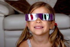 Menina que desgasta os vidros 3D Imagem de Stock