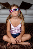 Menina que desgasta os vidros 3D Fotos de Stock