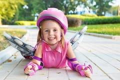 Menina que desgasta patins de rolo inline Fotos de Stock Royalty Free