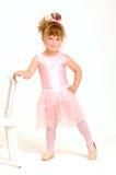 Menina que desgasta um equipamento e uma dança cor-de-rosa do bailado Imagem de Stock Royalty Free