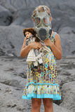 Menina que desgasta uma máscara de gás Fotos de Stock