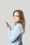 Menina que disca no telefone de pilha Fotografia de Stock