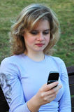 Menina que disca um telefone imagem de stock
