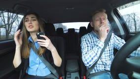 Menina que discute com o fumador-menino no carro filme