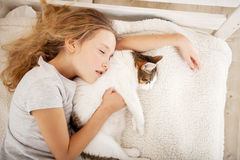 Menina que dorme com gato Foto de Stock Royalty Free