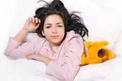 Menina que dorme com urso de peluche fotografia de stock royalty free