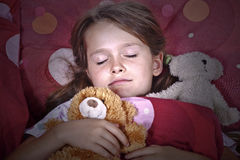 Menina que dorme na cama Foto de Stock Royalty Free