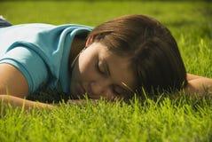 Menina que dorme na grama foto de stock royalty free