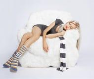 Menina que dorme na poltrona Fotos de Stock Royalty Free