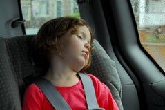 Menina que dorme no assento de carro Imagens de Stock