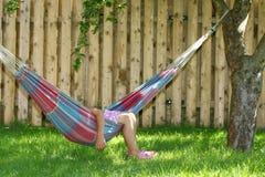 Menina que dorme no hammock Fotografia de Stock