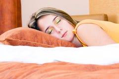 Menina que dorme pacificamente em sua cama Imagem de Stock Royalty Free