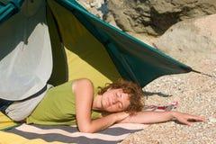 Menina que dorme próximo da barraca Imagens de Stock Royalty Free