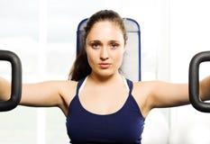 Menina que elabora na ginástica Imagens de Stock Royalty Free