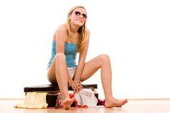 Menina que embala a mala de viagem cheia Fotografia de Stock