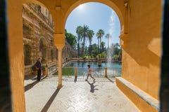 Menina que empina em Sevilha, Espanha foto de stock royalty free
