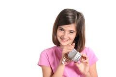 Menina que encontra euro- em uma caixa Fotos de Stock