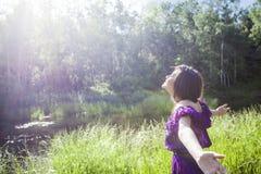 Menina que encontra o sol da manhã Imagem de Stock Royalty Free