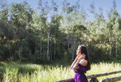 Menina que encontra o sol da manhã Fotos de Stock Royalty Free