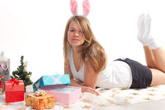 Menina que encontra-se ao lado dos presentes de Natal Foto de Stock