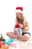 Menina que encontra-se ao lado dos presentes de Natal Fotografia de Stock Royalty Free