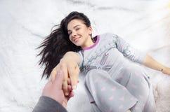 Menina que encontra-se em uma cama Foto de Stock Royalty Free