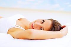 Menina que encontra-se na cama Imagens de Stock