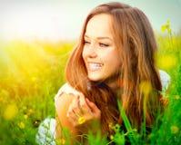 Menina que encontra-se na grama verde Imagens de Stock Royalty Free