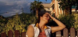 Menina que encontra-se na praia, banho de sol da menina imagens de stock royalty free