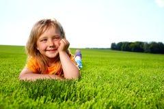 Menina que encontra-se no campo Foto de Stock Royalty Free