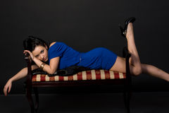Menina que encontra-se no sofá Fotos de Stock Royalty Free