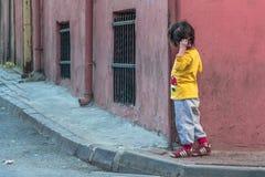 Menina que enfrenta a esquina da rua Fotografia de Stock Royalty Free