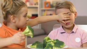 Menina que engana o irmão, dando para comer brócolis em vez dos doces, pranking filme