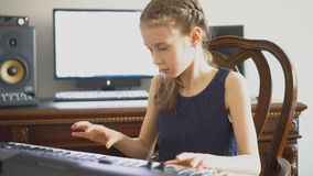 Menina que ensaia uma música video estoque