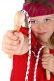 Menina que entrega lhe sua corda de salto isolada no branco fotos de stock