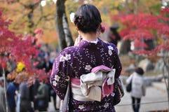 A menina que era quimono imagem de stock