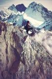 Menina que escala montanhas rochosas Foto de Stock