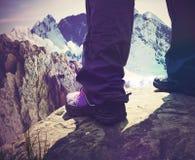 Menina que escala montanhas rochosas Foto de Stock Royalty Free