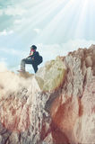 Menina que escala montanhas rochosas Fotos de Stock