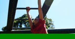 Menina que escala na barra de macaco no campo de treinos de novos recrutas video estoque