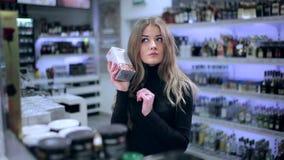 Menina que escolhe produtos das prateleiras na loja vídeos de arquivo
