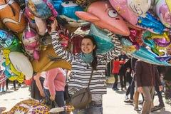 Menina que esconde atrás do balão, água de Colônia, Alemanha imagem de stock royalty free
