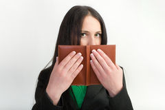 Menina que esconde atrás do livro Fotografia de Stock