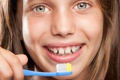 Menina que escova seus dentes fotografia de stock