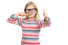 Menina que escova seus dentes isolados no fundo branco Fotografia de Stock Royalty Free